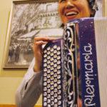 Rie joue de l'accordéon