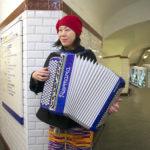 Rie joue de l'accordéon dans le métro