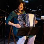 Rie joue de l'accordéon au Bal des chanailles
